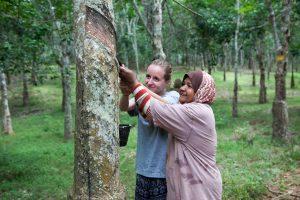 Linda und Fatima beim Tappen