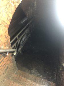 Nasse Treppe in dunklem Kellergewölbe