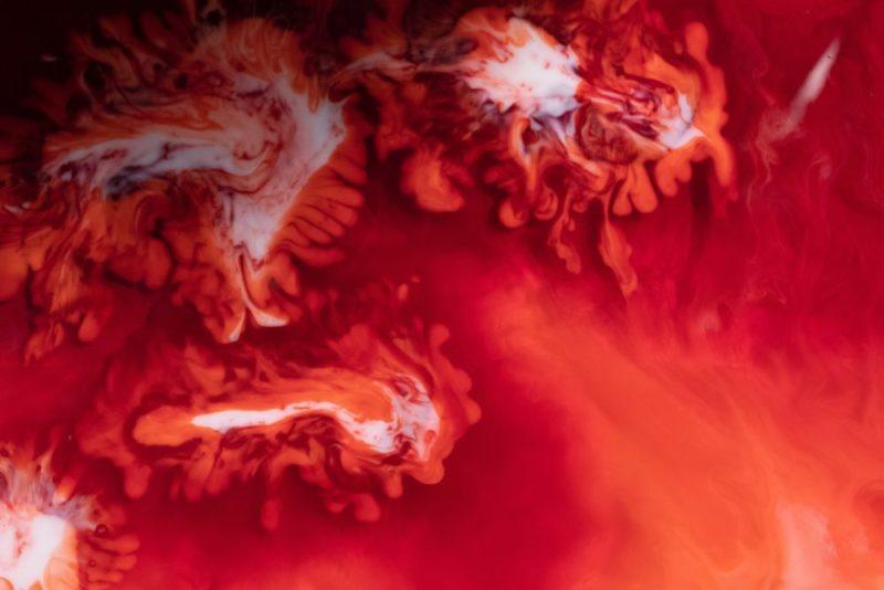 Rot und weiße abstrakte wolkenartige Formen