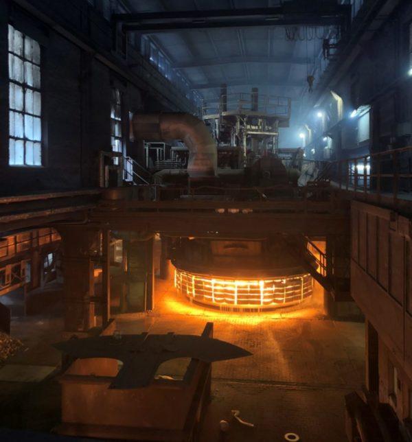 Ein Lichtbogenofen in einer Siliziumproduktionshalle. Es ist ein Rinder großer Ofen mit Flammen. Die Produktionshalle schimmert in einem blauen Licht.